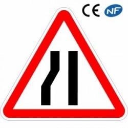 Panneau code de la route indiquant une chaussée rétrécie par la gauche (A3b)