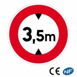 Panneau de circulation indiquant une hauteur à ne pas dépasser pour emprunter ce passage