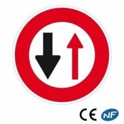 Panneau routier indiquant un cédez le passage à la circulation venant en sens inverse