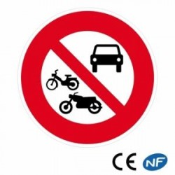 Panneau de circulation signalant un accès interdit à tous les véhicules à moteur