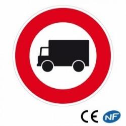 Panneau de circulation signalant un accès interdit aux camions