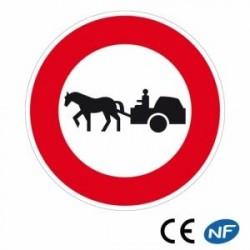 Panneau de circulation annonçant un interdit de passage à tout véhicule tracté par un animal