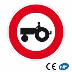 Panneau de circulation signalant unaccès interdit aux véhicules agricoles