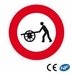 Panneau de circulation indiquant un interdit de passage aux voitures à bras