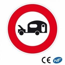 Panneau de route annonçant un accès interdit aux véhicules tractant une caravane