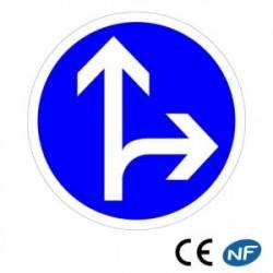 Panneau de circulation obligation de direction : tout droit ou à droite